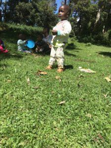 Draußen Spielen mit den Kindern im Sonnenschein